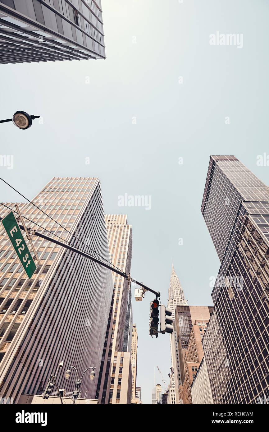 Blick auf Manhattan Wolkenkratzer an der East 42 Street, Farbe getonte Bild, USA. Stockbild