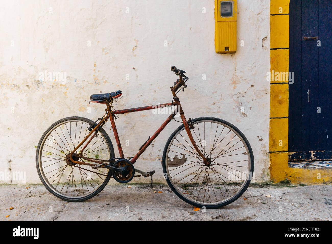Fabulous Alten rustikalen Vintage Fahrrad auf der Straße in der Nähe der FW16