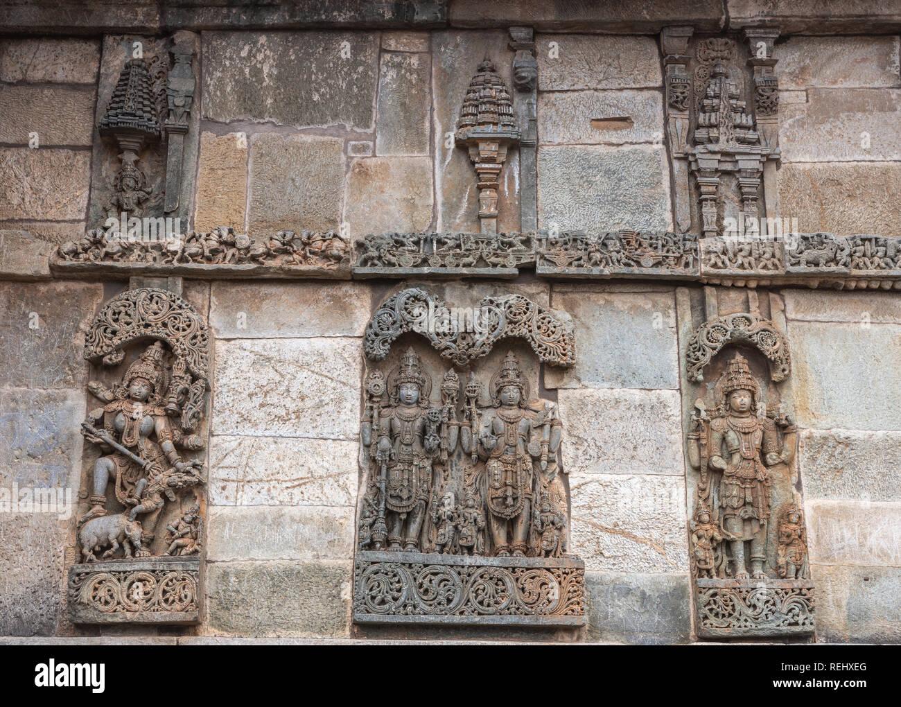 Belur, Karnataka, Indien - November 2, 2013: Chennakeshava Tempel. Große Braune Wand Stein Seitenwand Skulptur von Lord Vishnu surrouned durch seine Frauen. Stockbild