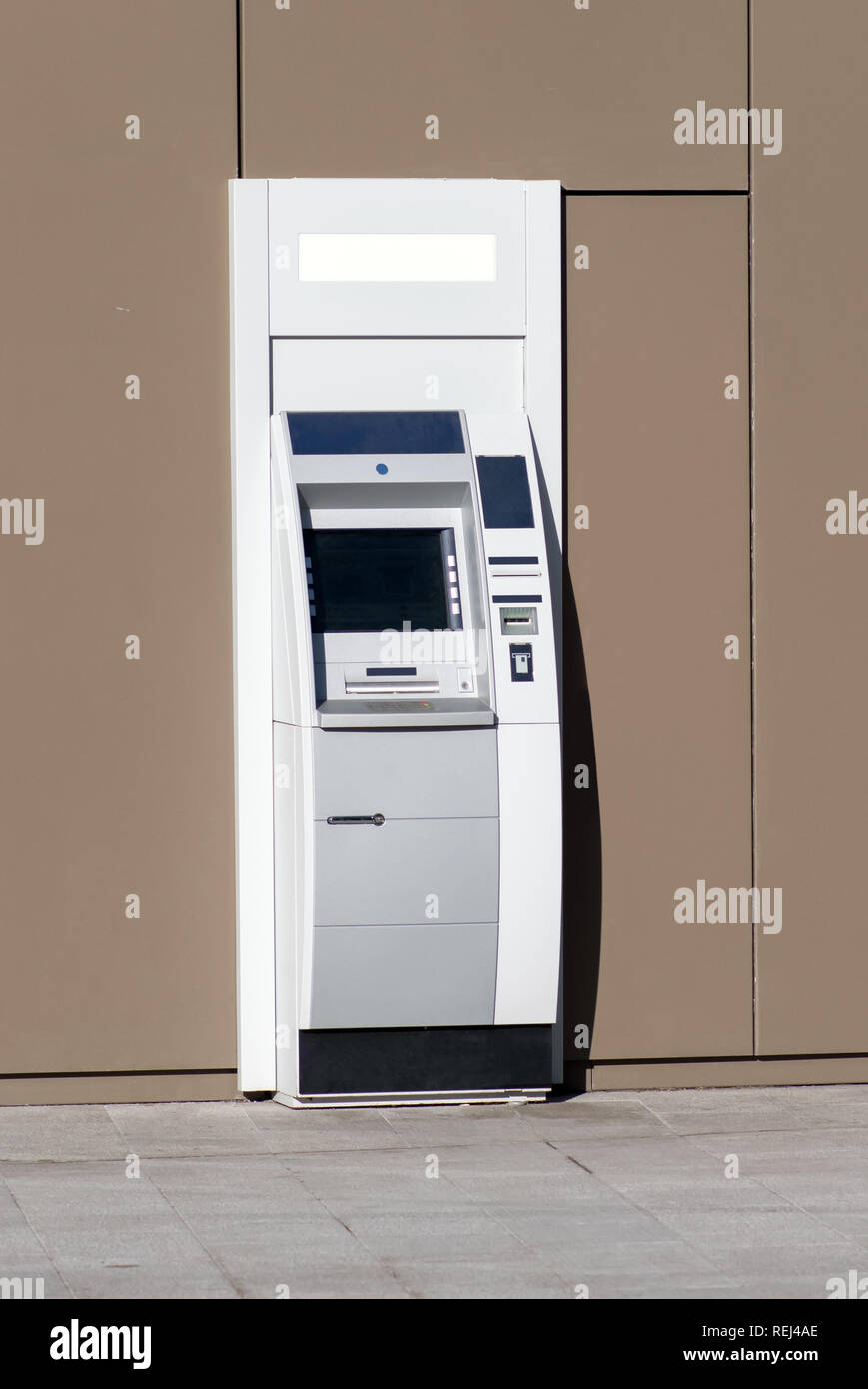 Automatische Bankangestellter außerhalb einer Bank Gebäude auf der Straße für Personal Banking, zurückzuziehen und Bargeld einzahlen Stockbild
