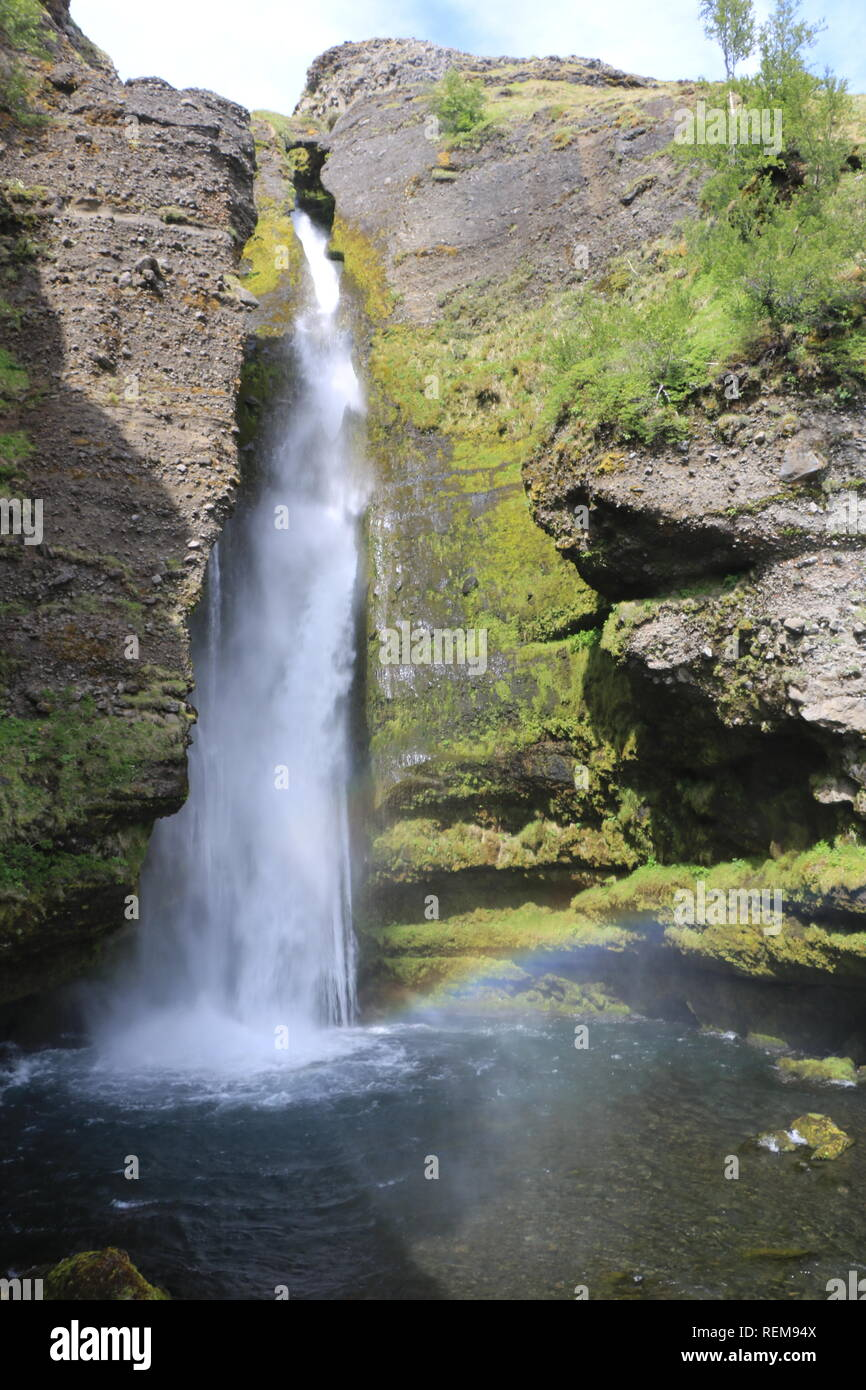 Wasserfall im moosigem Gestein Insel Stockbild