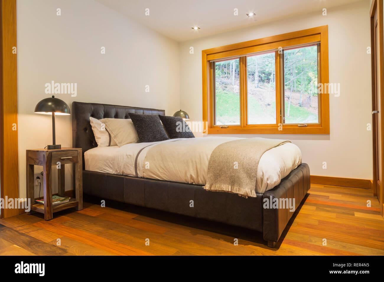 Fußboden Aus Leder ~ King size bett mit braunem leder panel kopfteil und holz ende