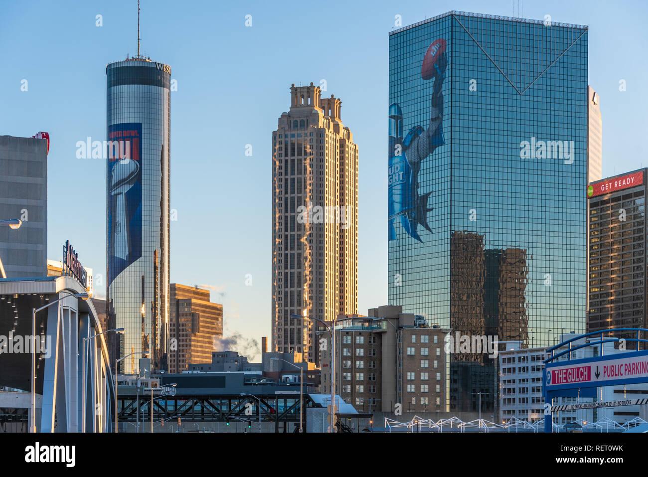Die Innenstadt von Atlanta, Georgia, mit Super Bowl LIII mega-Grafiken von Ikonischen hohes Glas Türme der Stadt. (USA) Stockbild