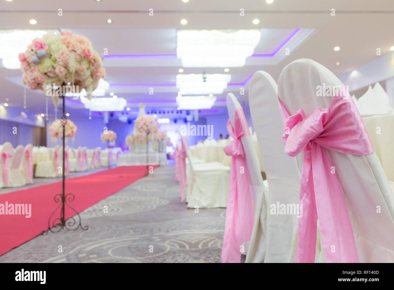 Weißer Stuhl Mit Schönen Rosa Schleifen In Die Hochzeit Arrangiert