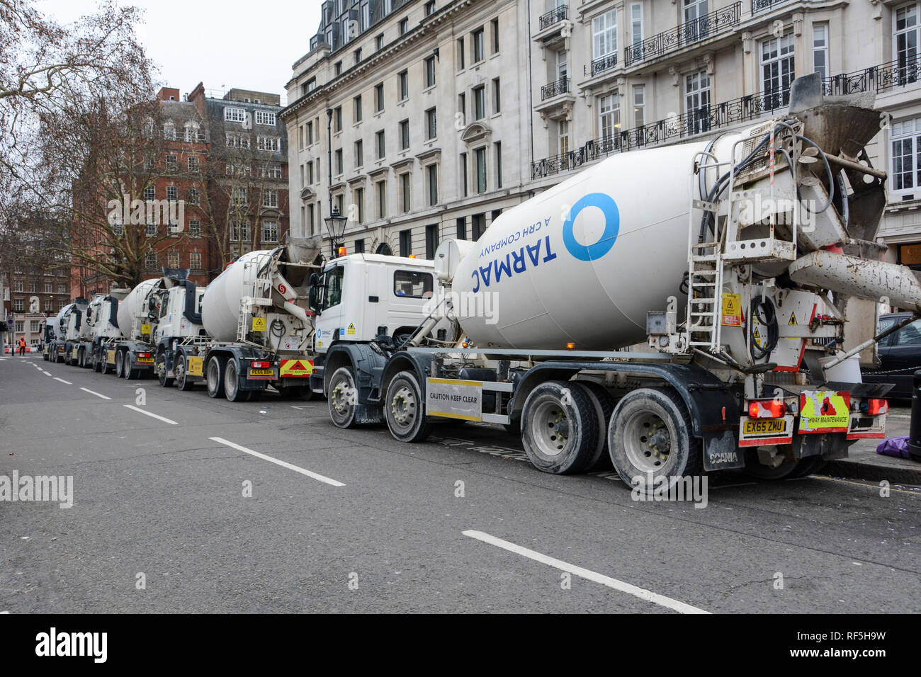 Eine Warteschlange von Tarmac DAF Trucks warten Ihr vor zu entladen - gemischte Beton in die Grundlagen der LSE Marshall Gebäude in Lincoln's Inn Fields, London Stockfoto
