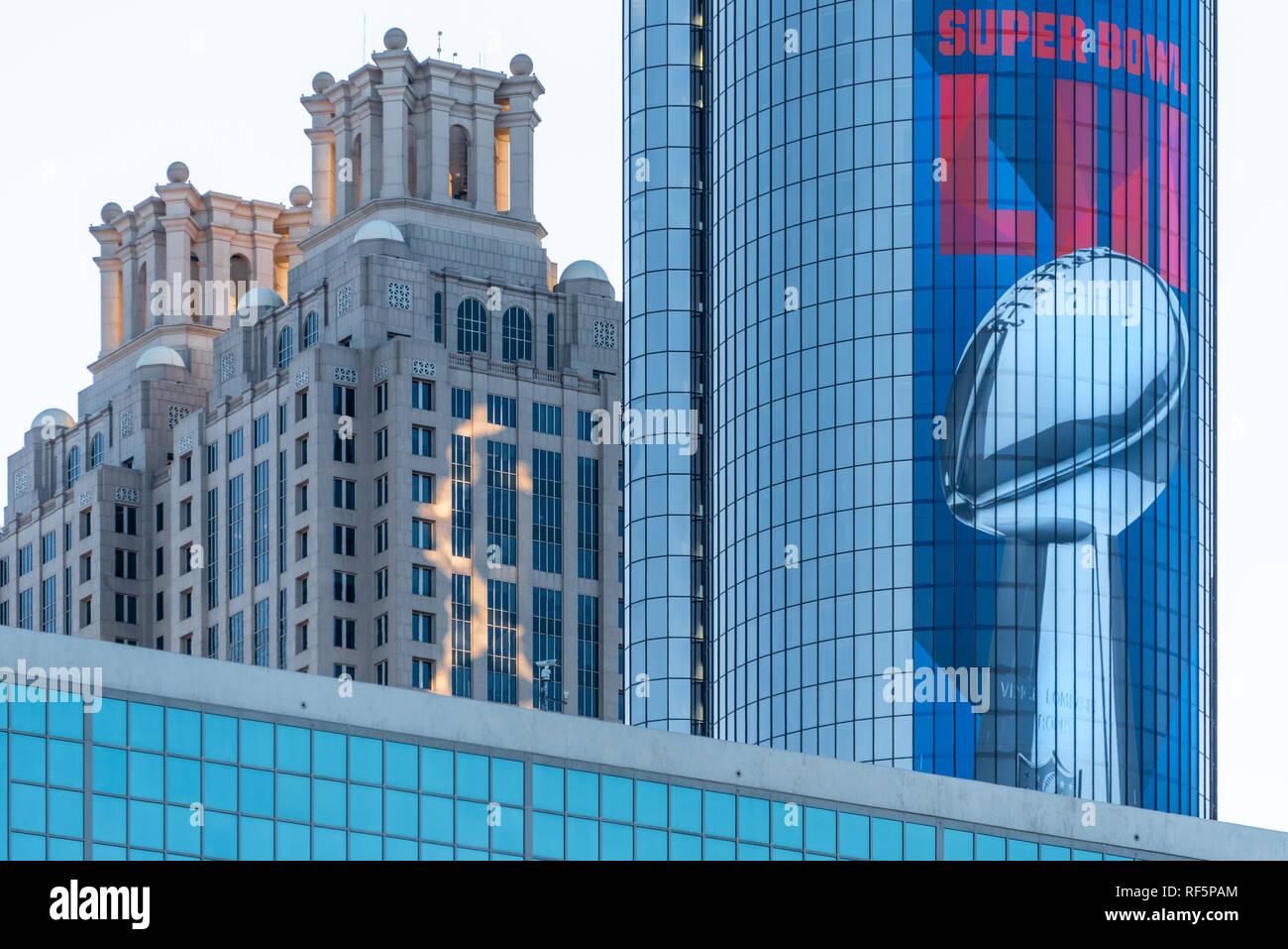 Super Bowl LIII Grafiken schmücken die ikonischen Weston Peachtree Plaza Tower in der Innenstadt von Atlanta, Georgia vor dem Super Bowl 2019. (USA) Stockbild