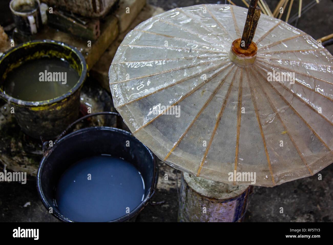 Das Dorf Bo Sang, am Stadtrand von Chiang Mai, ist gut bekannt für seine Hand gestaltete Schirme. Lokale Handwerker machen die Welt berühmten Sonnenschirme ou Stockbild