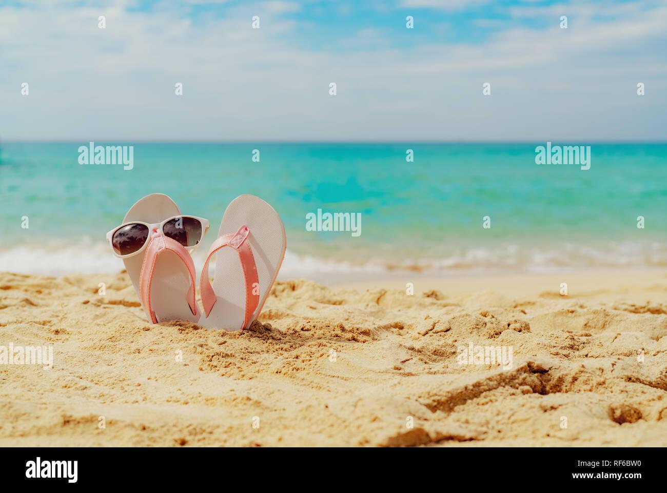 rosa und weissen sandalen sonnenbrillen auf sand strand