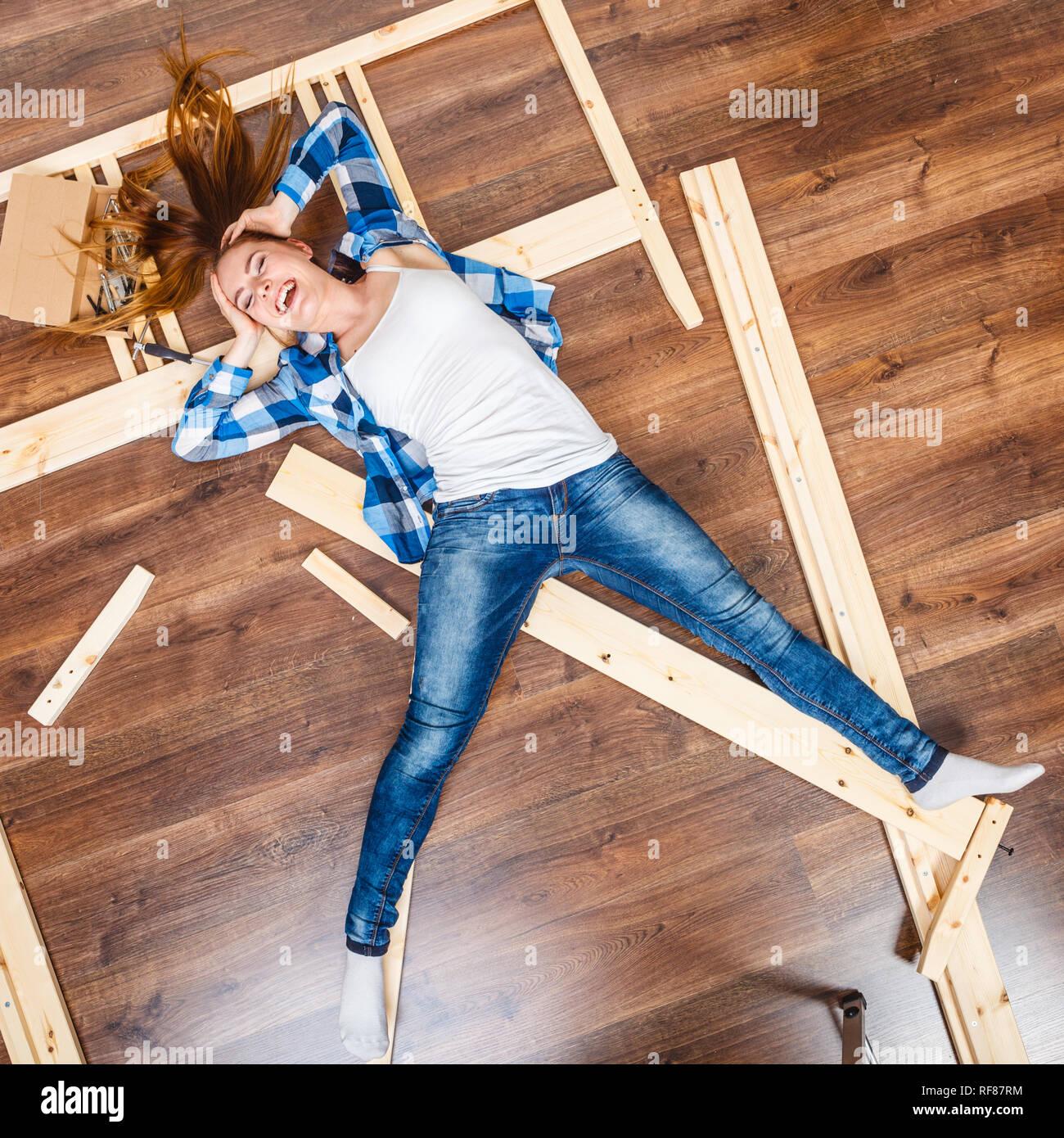 Glückliche Frau Spaß Möbel Zu Hause Montage Junges Mädchen Mit Auf