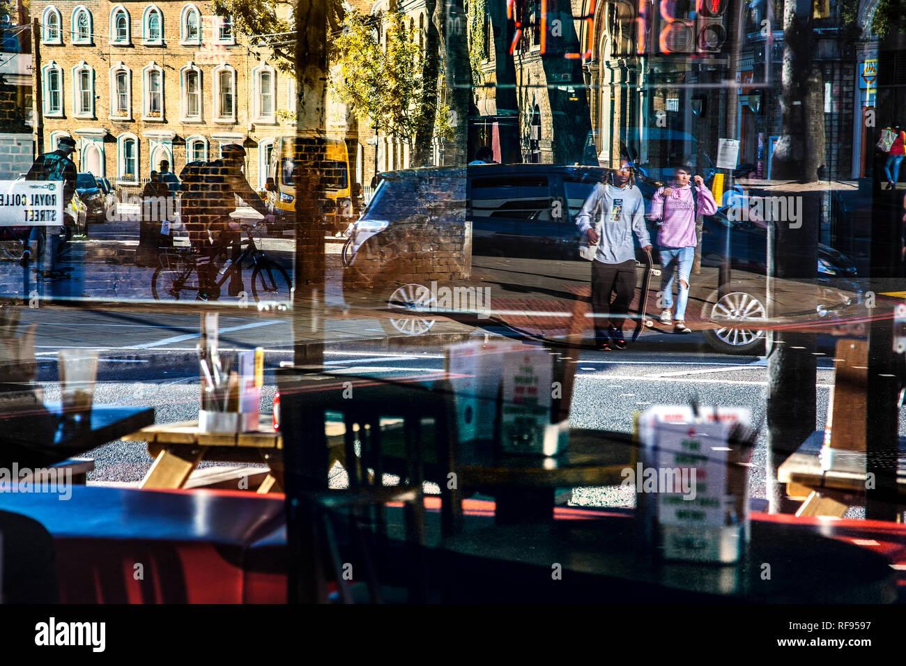 Bunte/bunte Leben auf der Straße in Gebäuden Fenstern reflektiert Stockfoto