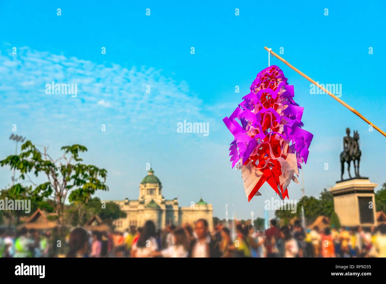Bunte fliegende Papier Modell tradition Thai handgefertigt in der Pferdesport Innenhof Un-Ki Rak Khlai Khwam Nao-Festival in Bangkok. Stockbild