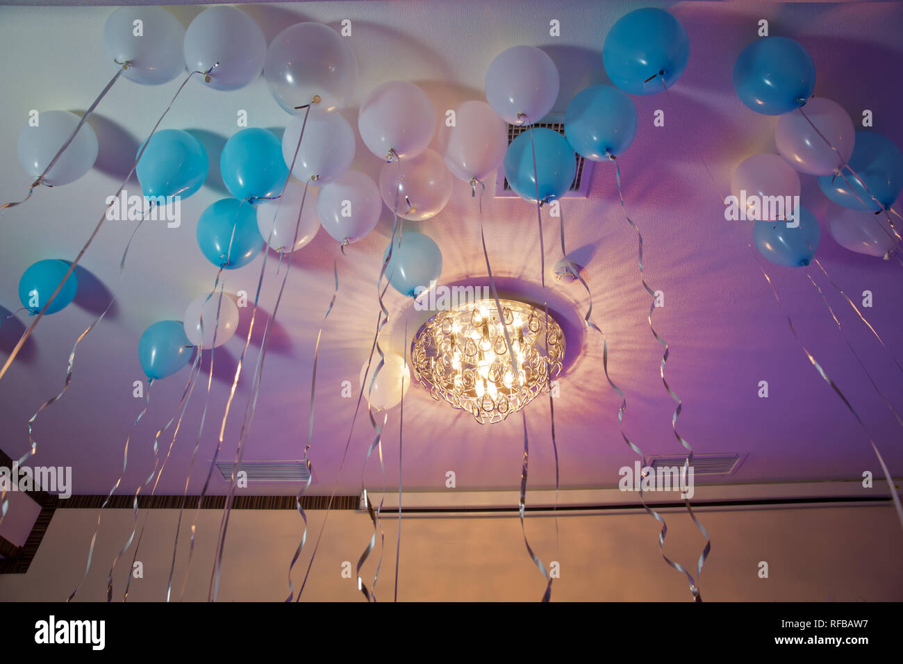 Top Bunte Luftballons schweben auf die weiße Decke im Zimmer für die BJ54