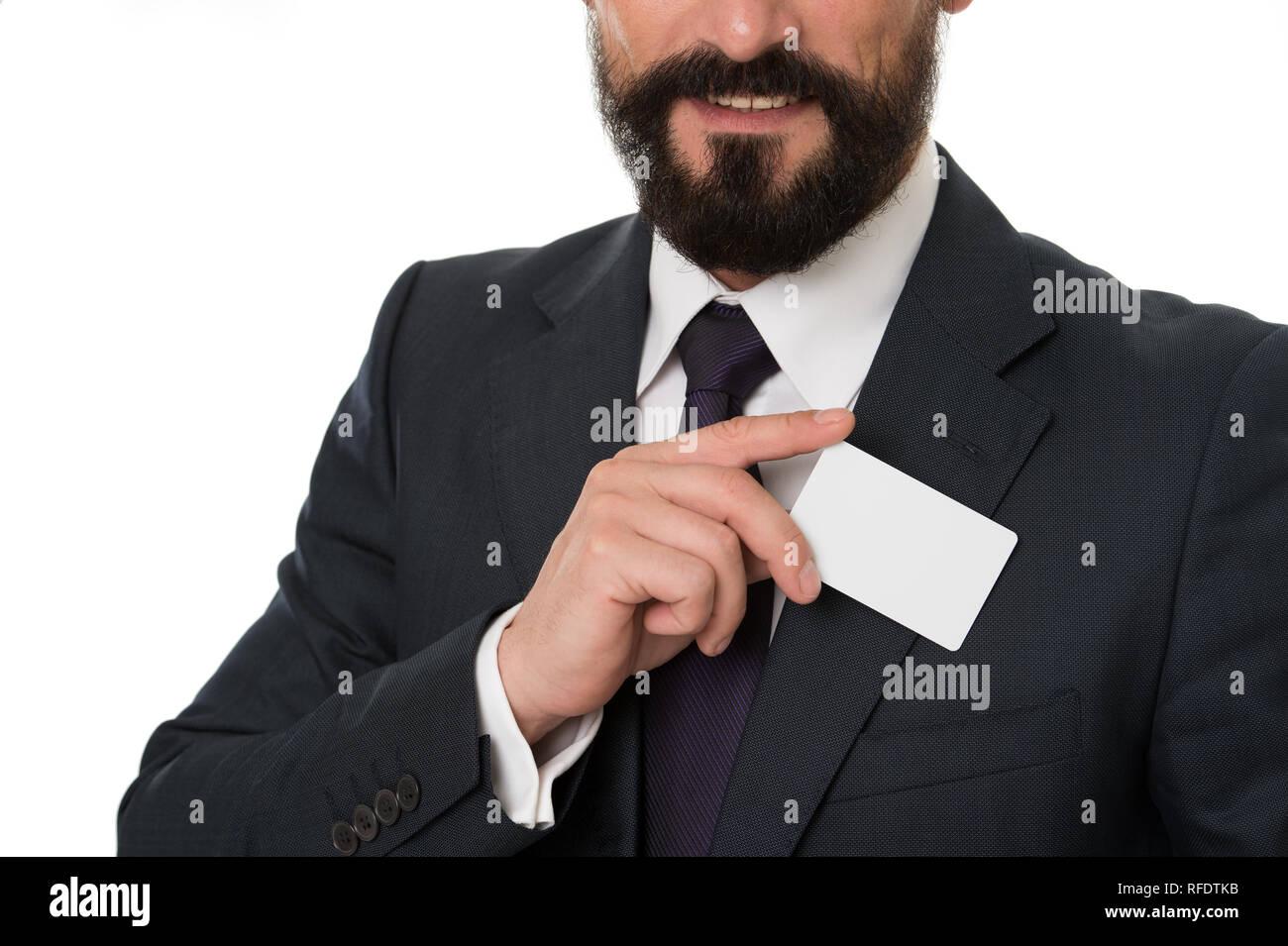 Darf ich mich vorstellen. Fühlen Sie sich frei, mit mir in Kontakt zu treten. Geschäftsmann lächelnd halten Sie die Platzhalterkarte aus Kunststoff. Unternehmer trägt Business Card. Custom design Ihre Karte einzigartig machen. Business Card Design. Stockbild