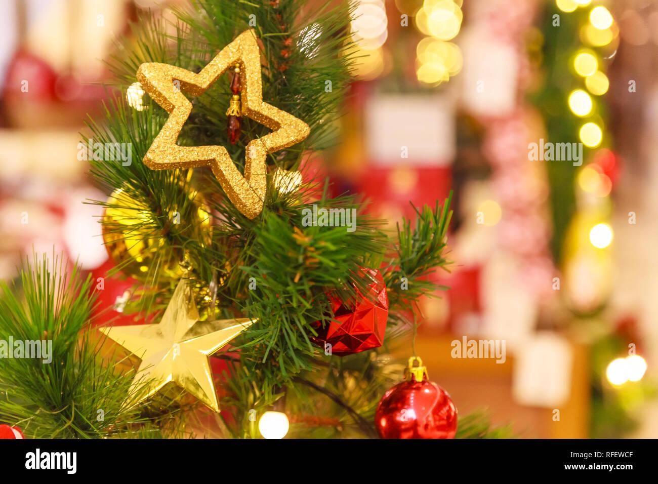 Christbaumkugeln Sterne.Hangende Gold Glitzernde Sterne Und Geschenkbox