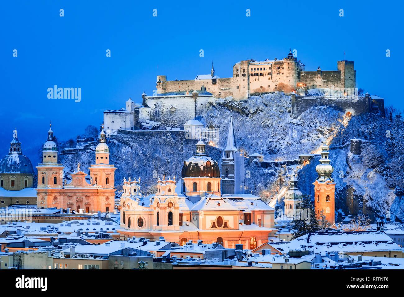 Salzburg, Österreich: Winter Überblicküber die historische Stadt Salzburg mit berühmten Festung Hohensalzburg und Salzach im wunderschönen Dämmerung leuchtet Stockfoto