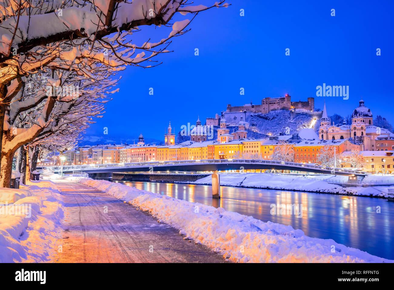 Salzburg, Österreich: Winter Überblicküber die historische Stadt Salzburg mit berühmten Festung Hohensalzburg und Salzach Stockfoto