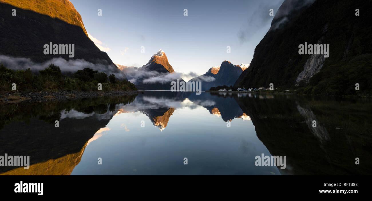 Panoramablick von Mitre Peak, Milford Sound, Fiordland Nationalpark, UNESCO-Weltkulturerbe, Südinsel, Neuseeland, Pazifische Stockbild