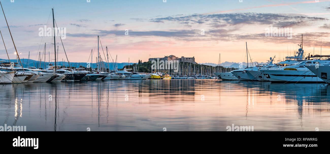 Fort Carre und Antibes Hafen bei Sonnenaufgang, Provence-Alpes-Cote d'Azur, Côte d'Azur, Frankreich, Mittelmeer, Europa Stockbild