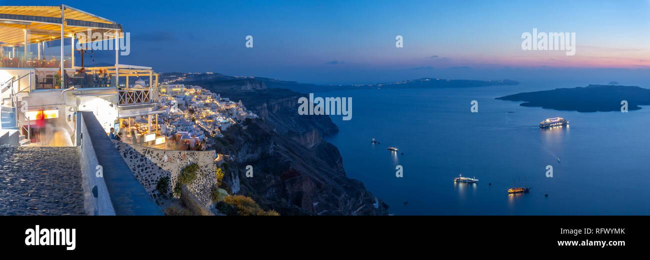 Blick auf griechische Restaurant mit Blick auf das Mittelmeer in Fira in der Dämmerung, Firostefani, Santorini (Thira), Kykladen Inseln, Griechische Inseln, Griechenland Stockbild