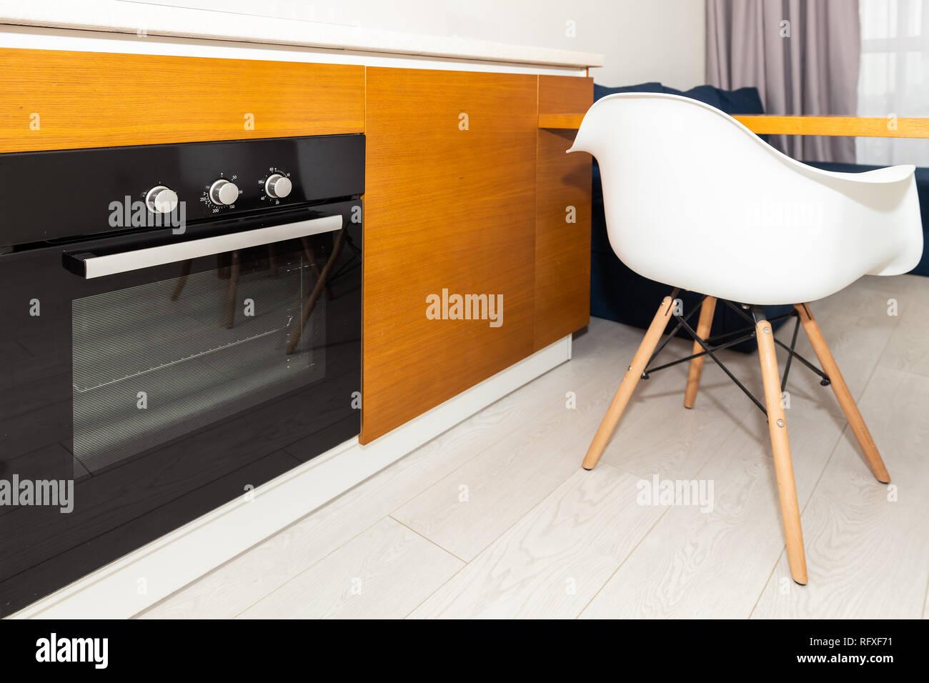 Moderne Holz- Braun orange Küche verfügt über Schränke mit ...