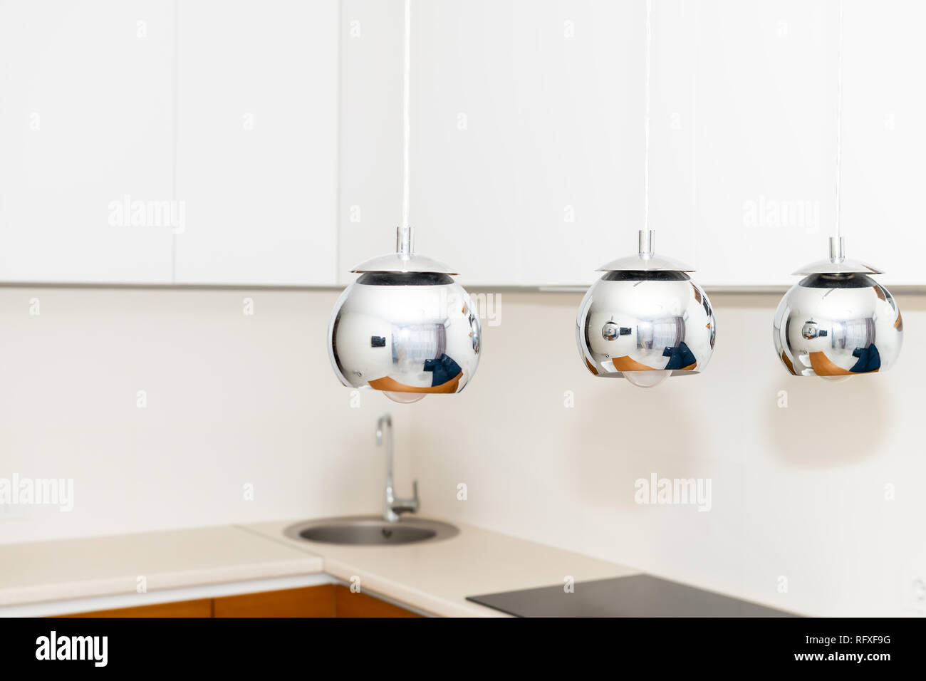 Nahaufnahme von drei hängenden Deckenlampen in Küche mit ...
