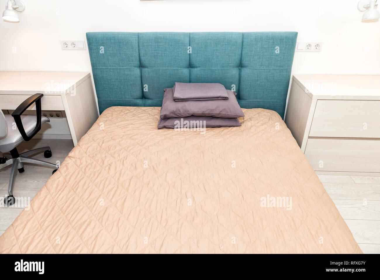 Hotel Bett mit Kopfteil und Grün Blau Büro Stuhl Tisch Schreibtisch ...