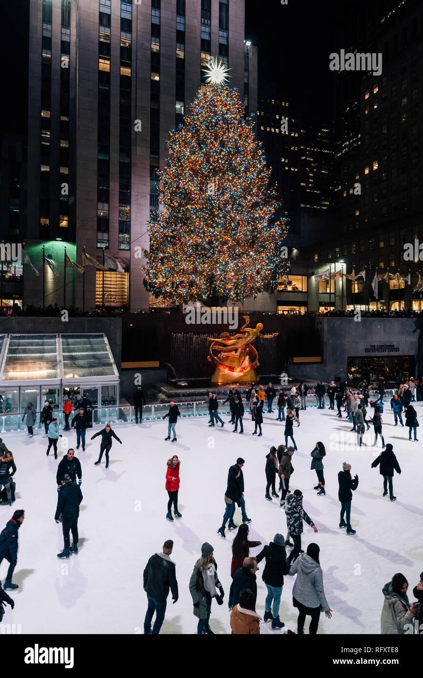 Wo Steht In New York Der Weihnachtsbaum.Weihnachtsbaum Und Eislaufbahn Am Rockefeller Center Bei Nacht In