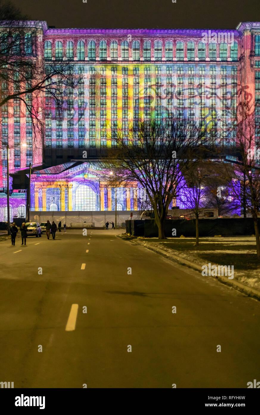 Detroit, Michigan - Ford Motor Company projiziert eine Lichtshow auf die Michigan Central Railroad Station während eines Winter Festival. Ford kaufte die lange Stockbild