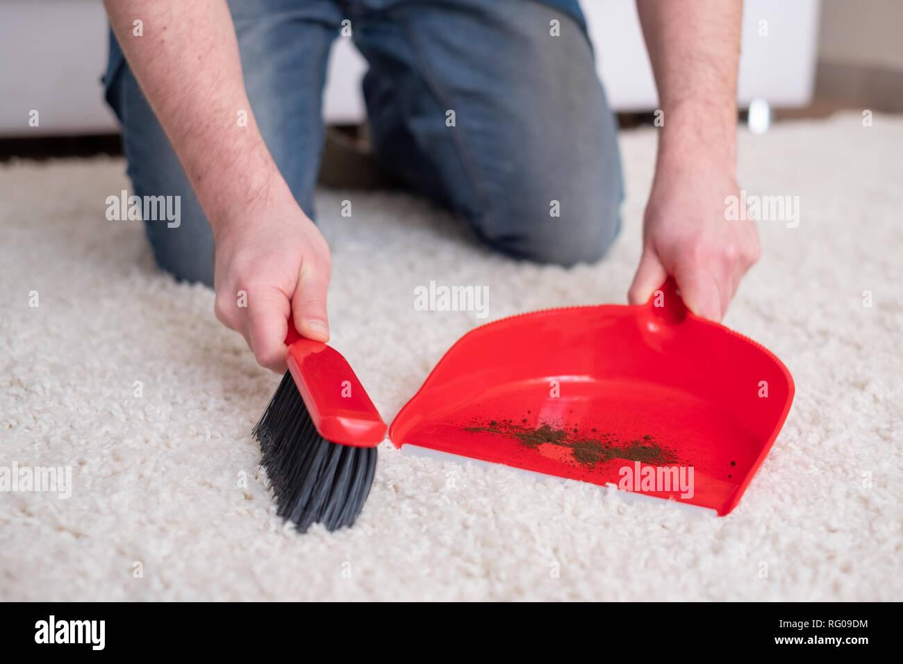 Reinigung Teppich Mit Kleinen Besen Und Kehrblech Rot Stockfoto