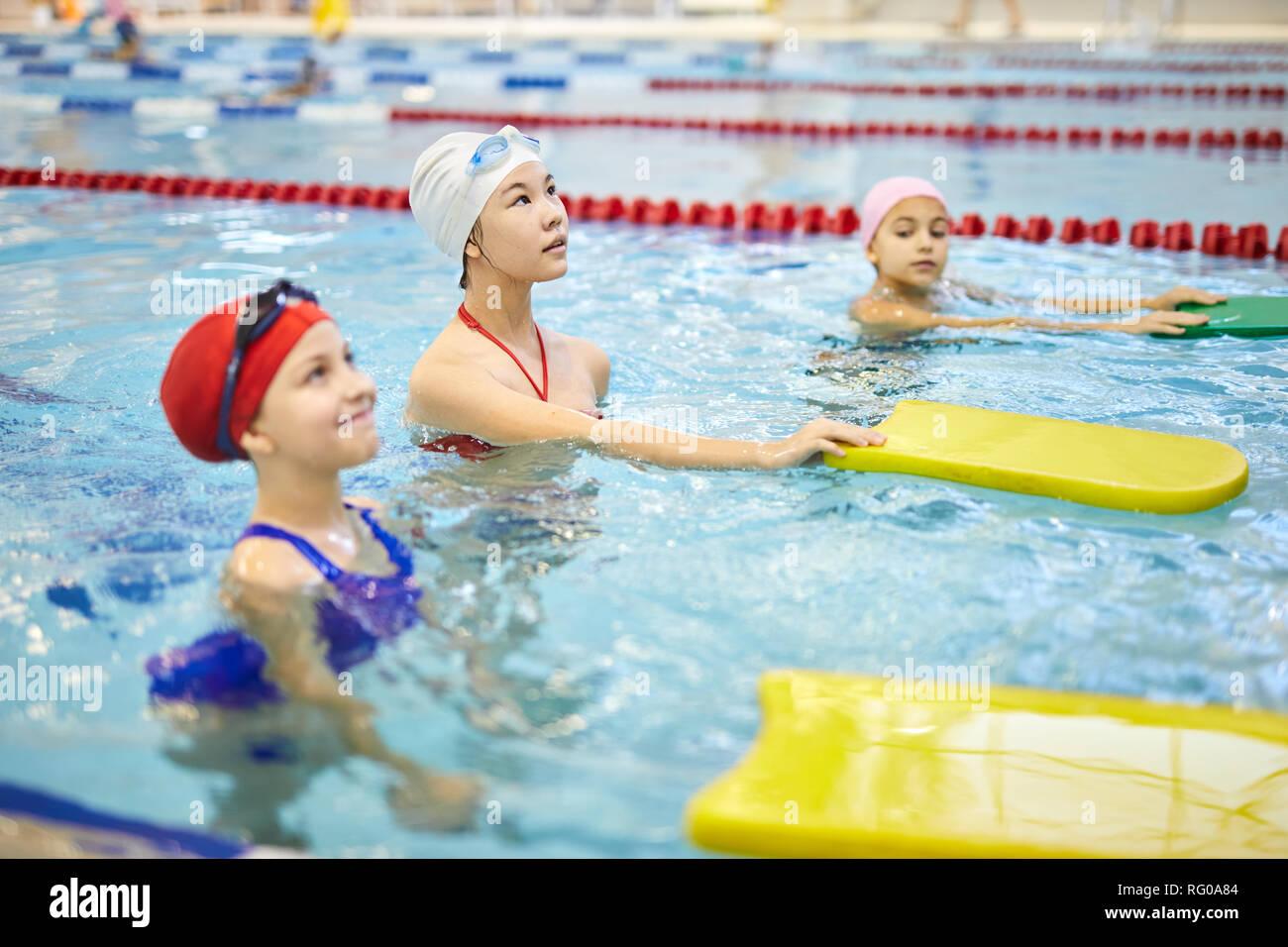 Mädchen lernen schwimmen Stockbild