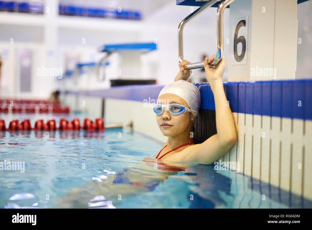 Mädchen Übungen im Wasser Stockbild