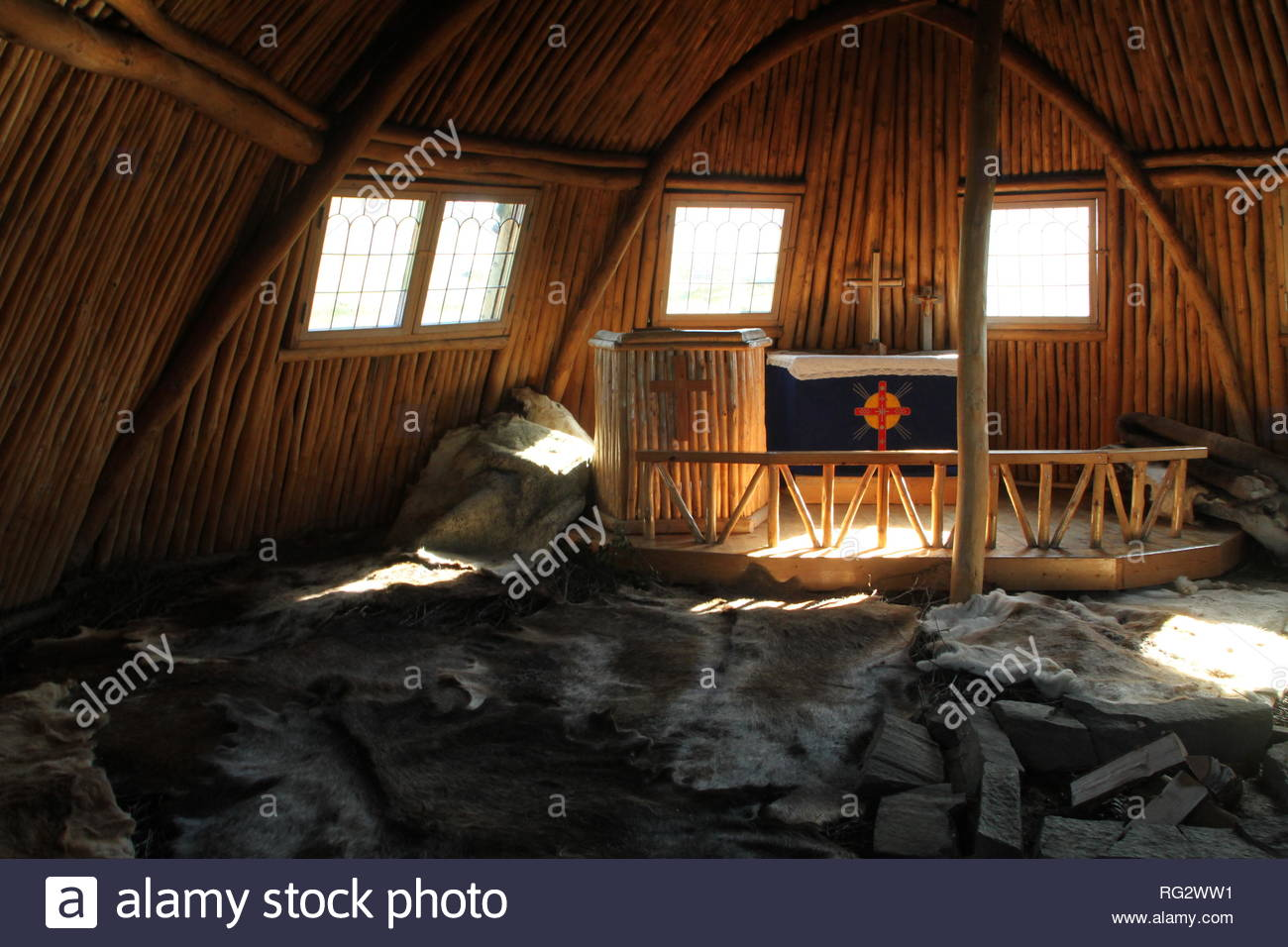 Die samische Kirche von Staloluokta. Der Boden ist mit Rentierfellen belegt. Stockbild