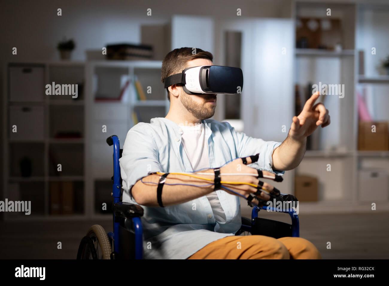 Junger Mann mit VR-Brille Stockbild