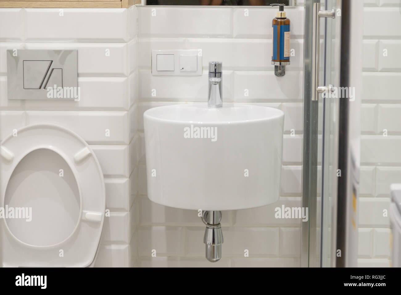 Kombiniert moderne, weiße Badezimmer mit Toilette. Runde ...