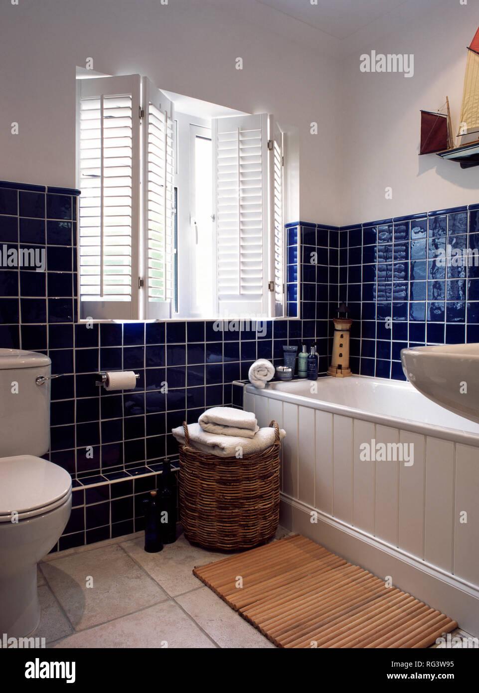 Fensterläden und blauen Fliesen im Badezimmer Stockfoto, Bild ...