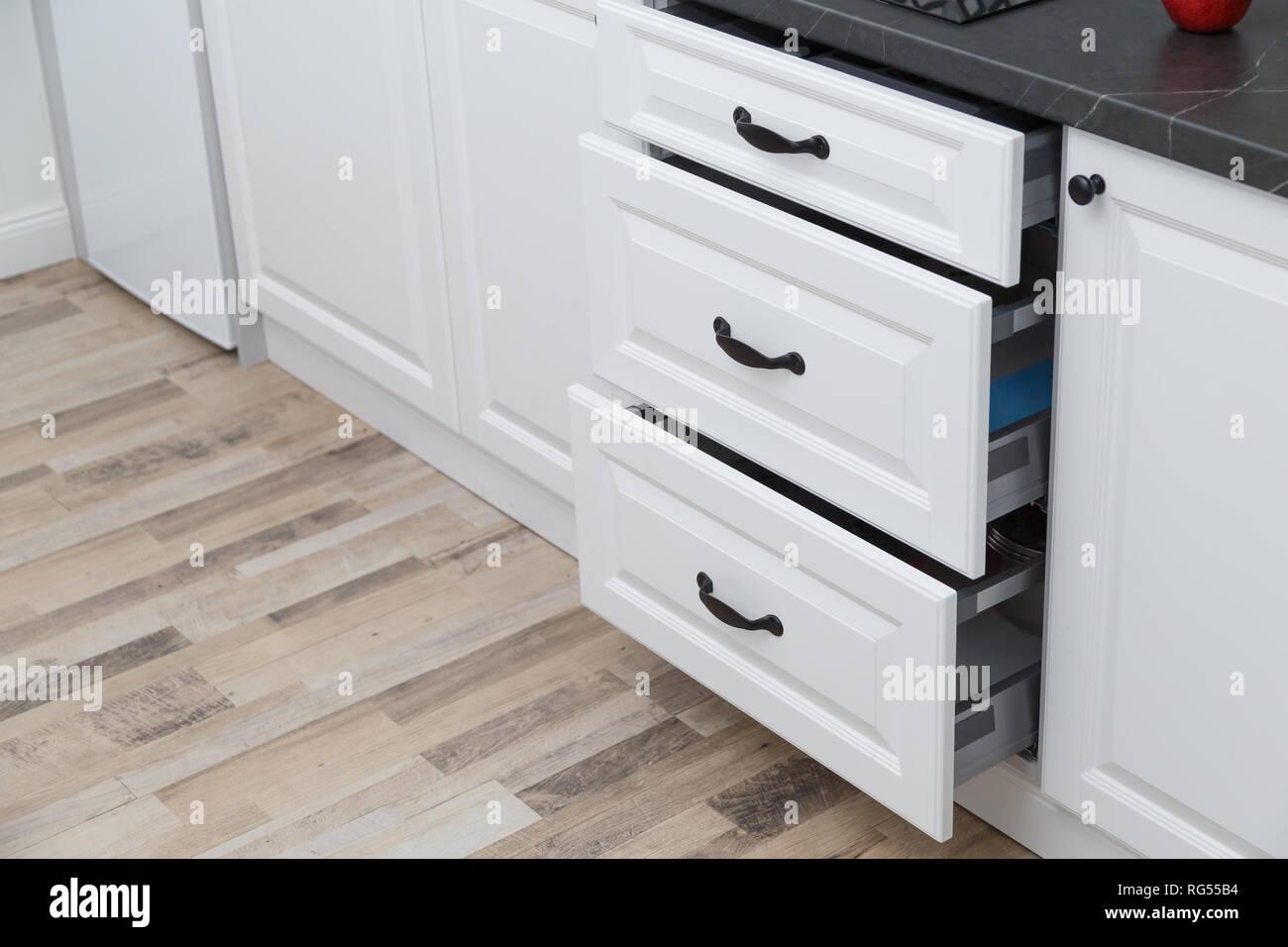 Küche Möbel. Weiße Küche Schubladen Stockfoto, Bild ...