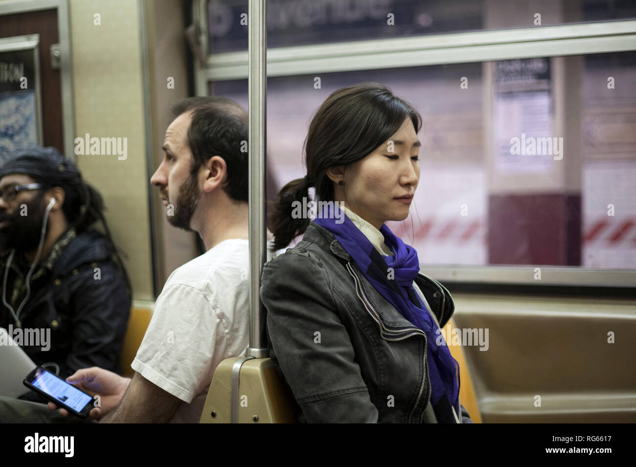 Menschen gehen über ihr tägliches Leben in New York City. Stockbild