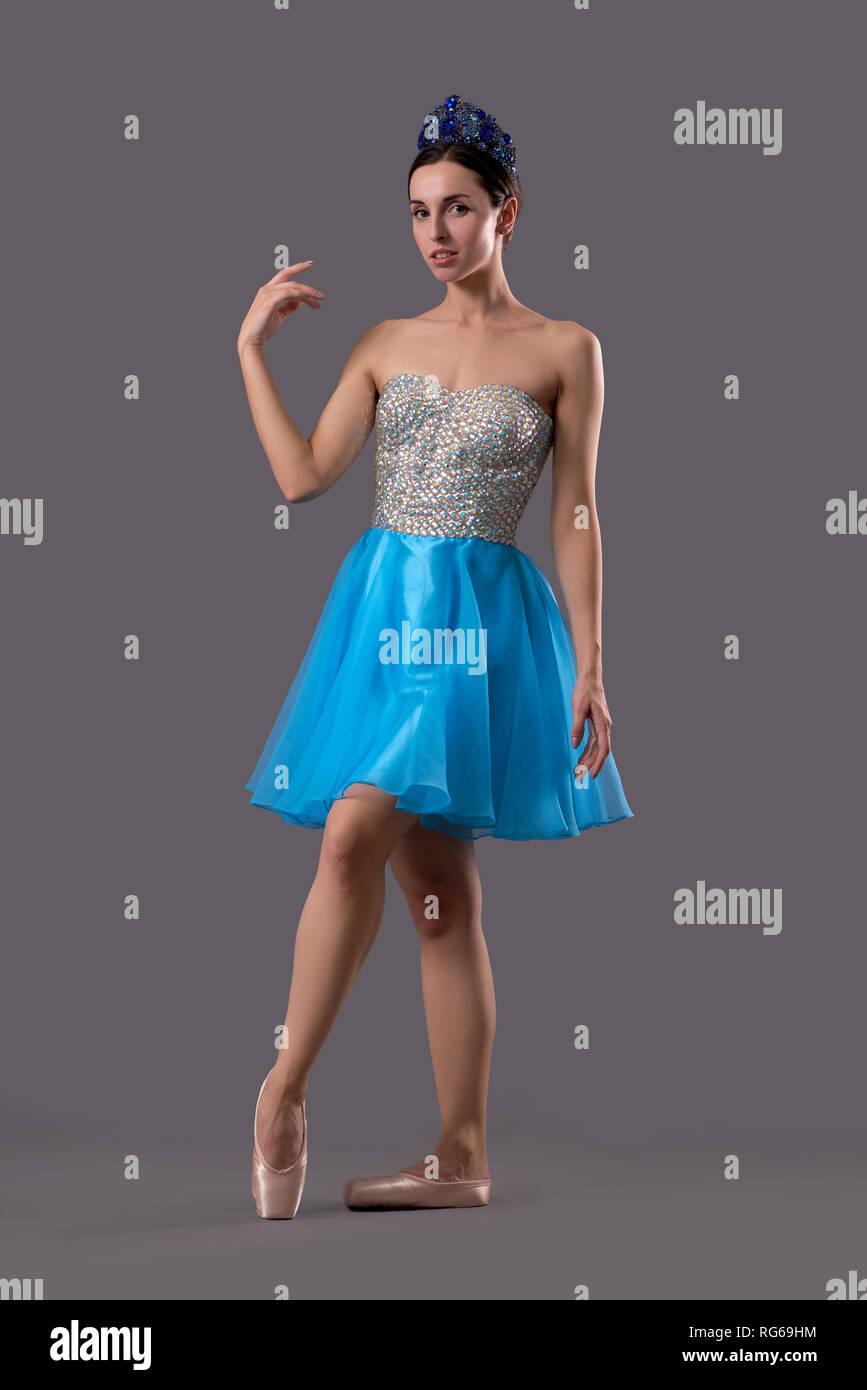 vorderansicht der anmutigen tänzerin in blauem kleid und
