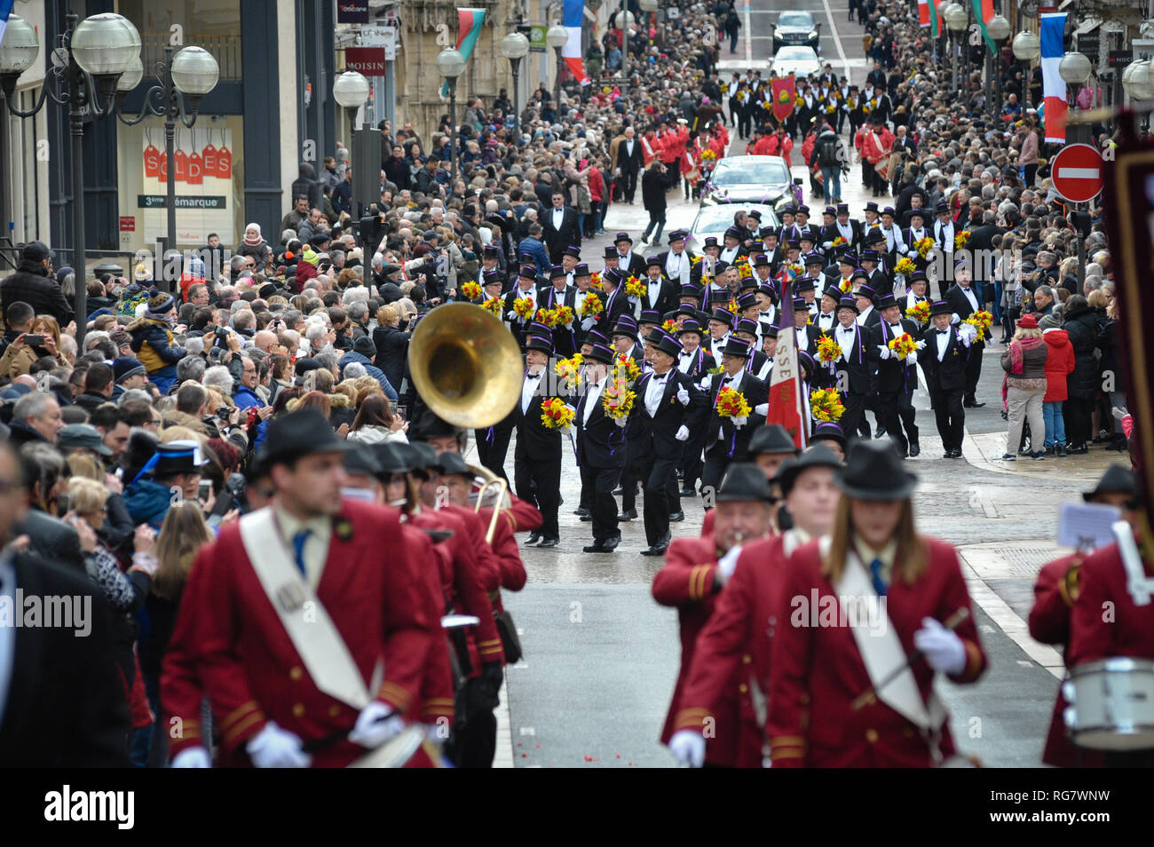 Jedes Jahr die Wehrpflichtigen machen die Welle in der nationalen Straße von Villefranche-sur-Saone. Sie tragen ein gibus mit den Farben ihres Alters und Blumensträuße Stockbild