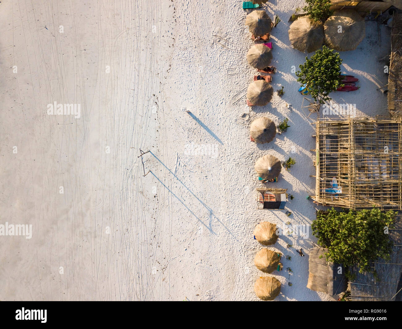 Indonesien, Lombok, Luftaufnahme von Tanjung Aan Strand, Stroh Sonnenschirme von oben Stockbild