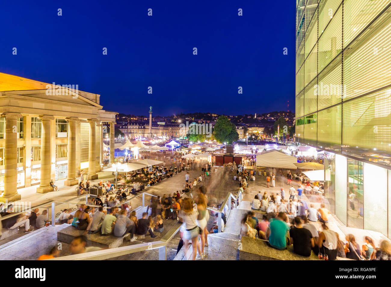 Deutschland, Stuttgart, Neues Schloss, Schlossplatz, Koenigsbau, Kunstmuseum im Sommer Party, blaue Stunde Stockfoto