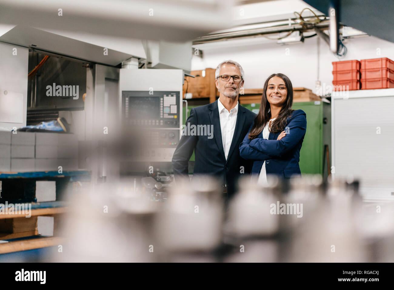 Geschäftsmann eine Frau in High Tech Unternehmen, schauen zuversichtlich Stockfoto