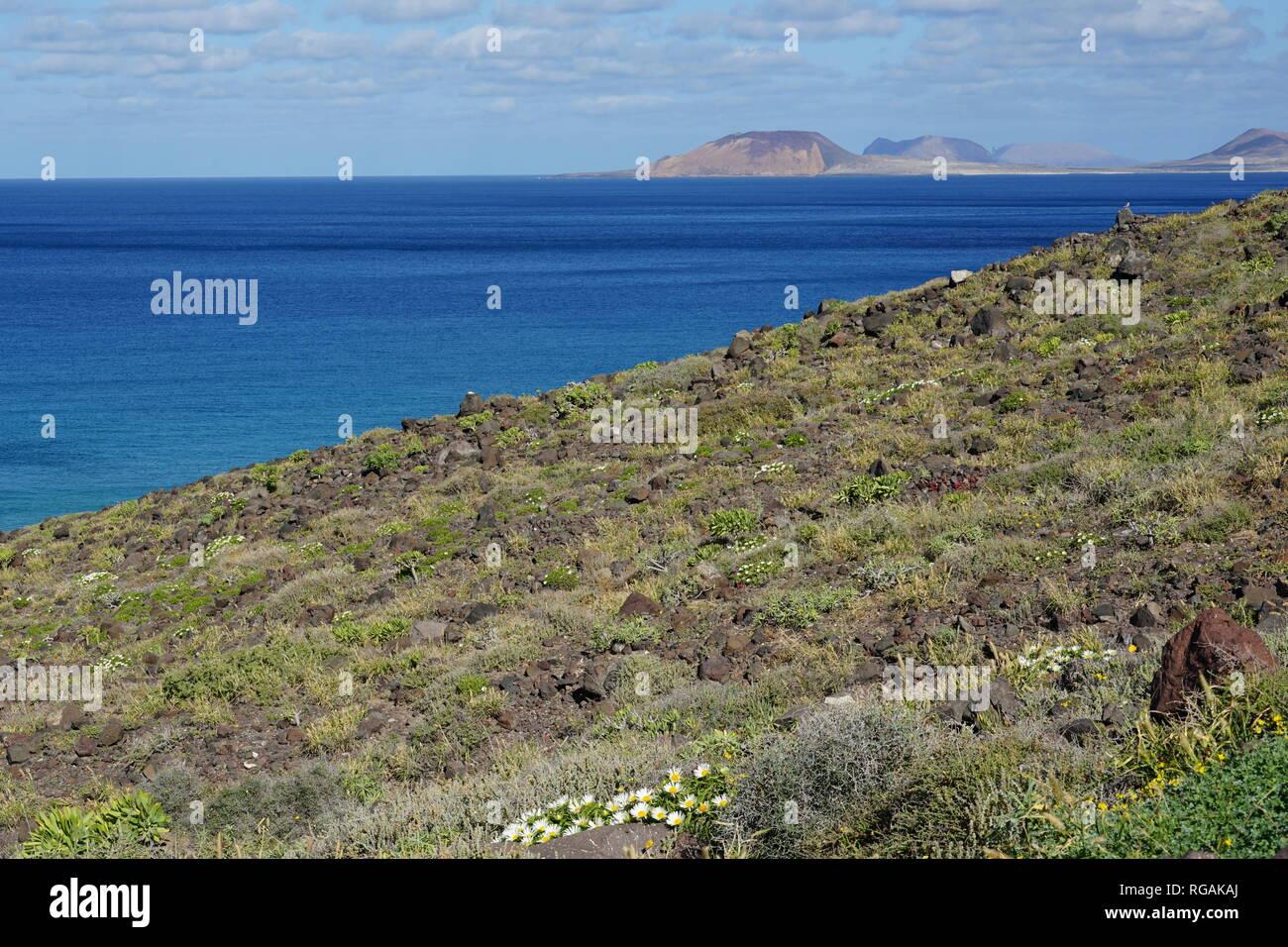Riscos de Famara, mit Blick nach La Graciosa, Lanzarote, Kanarische Inseln, Spanien Stockbild