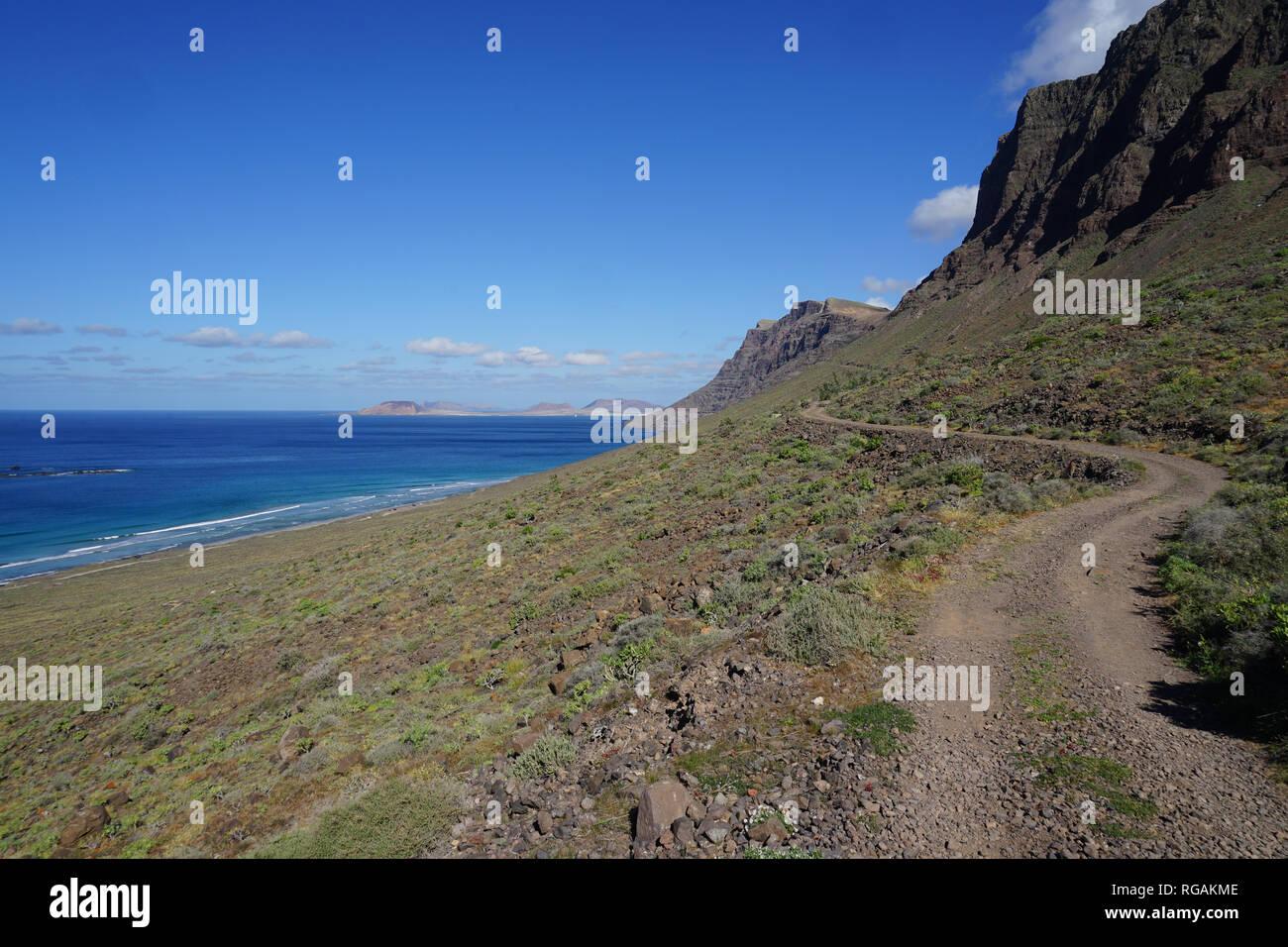 Wanderweg unterhalb des Kliffs, Riscos de Famara Famara, Playa de Famara, Lanzarote, Kanarische Inseln, Spanien Stockbild