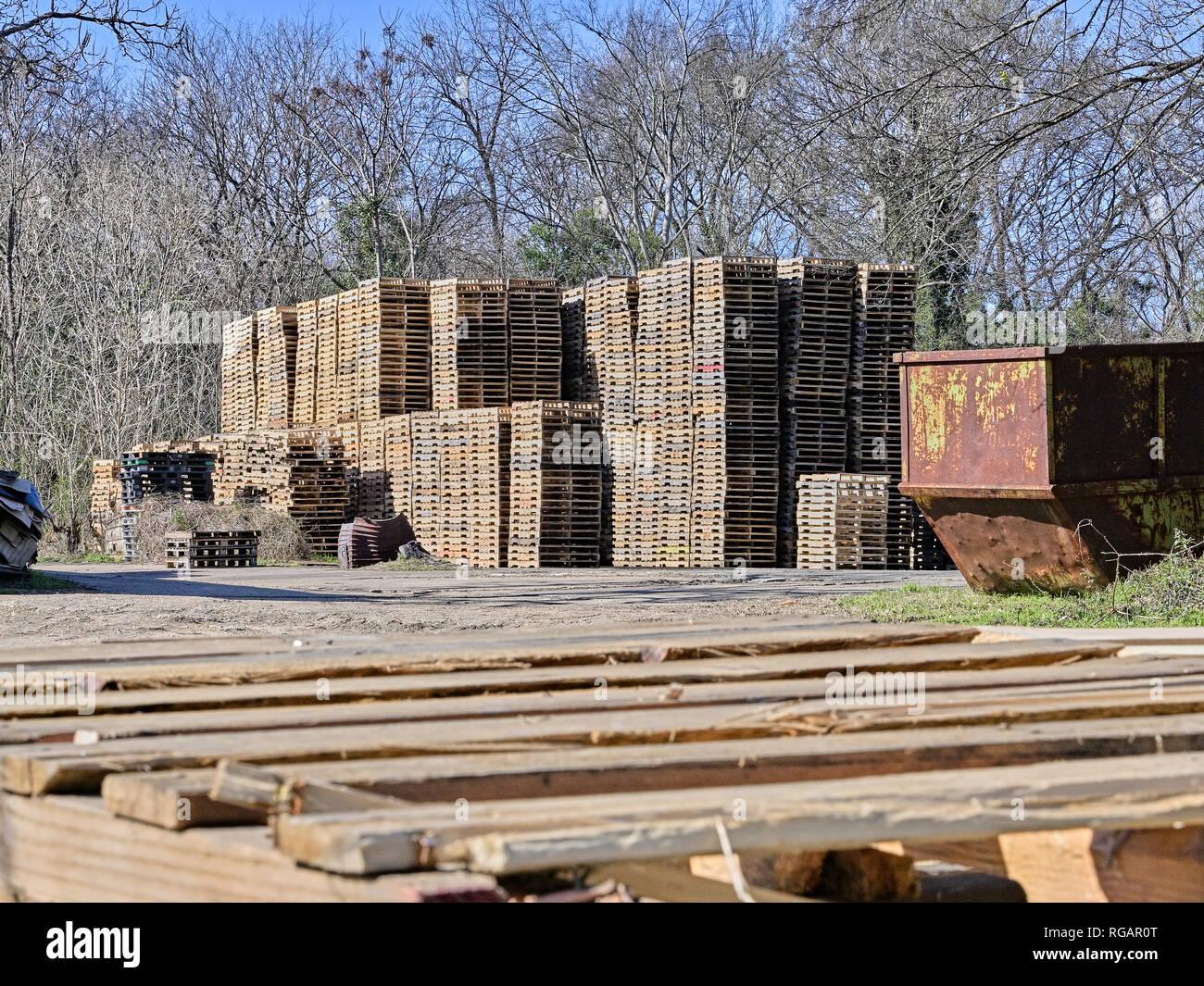 Klettergerüst Lagerhaus : Holzpaletten sind hoch gestapelt im lager warten auf den einsatz in