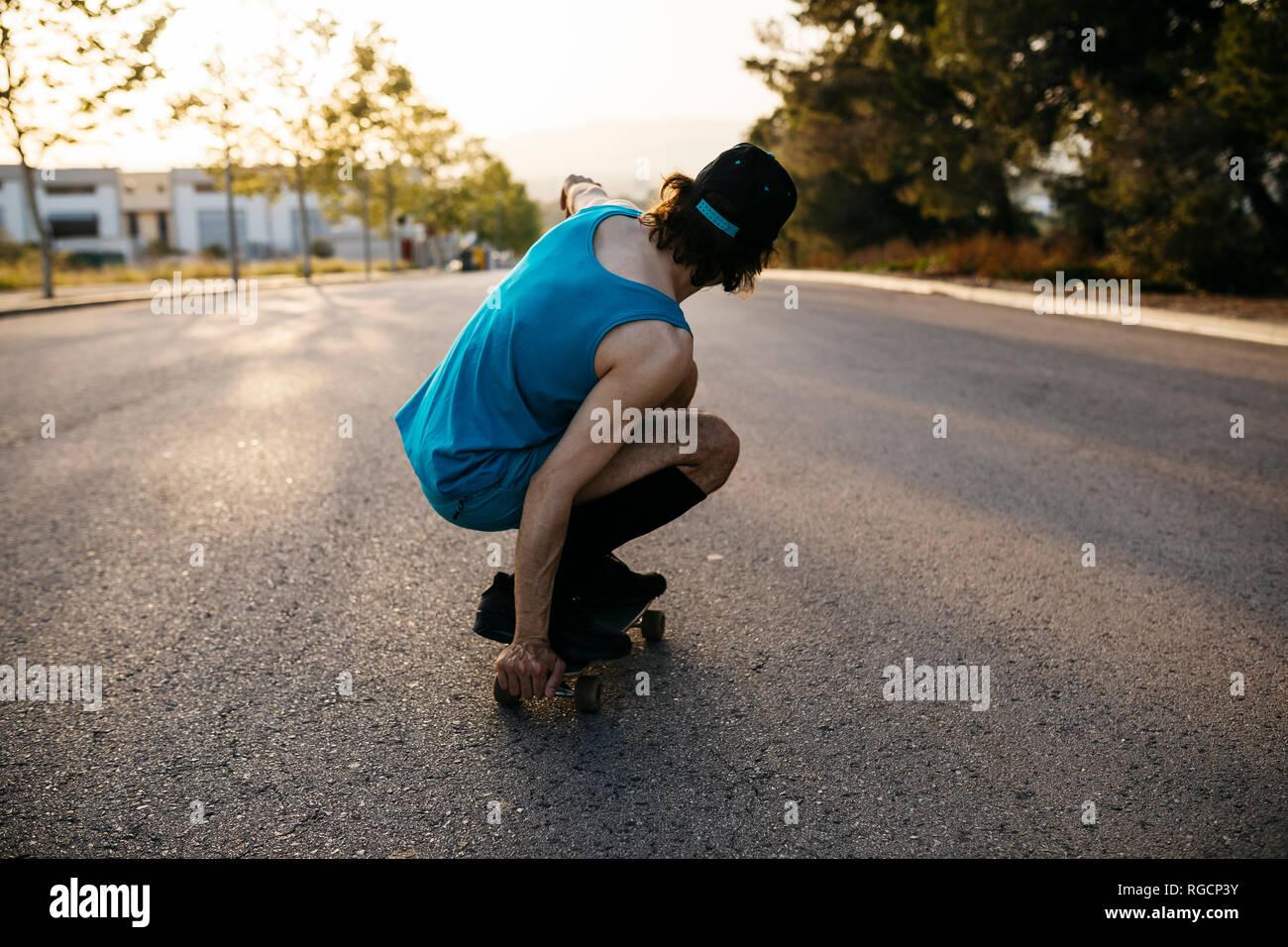 Mann skateboarding auf leere Raos bei Sonnenuntergang Stockfoto