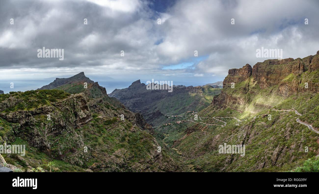 Iconic Teno Gebirge mit gebogenen Mountain Road Stockbild