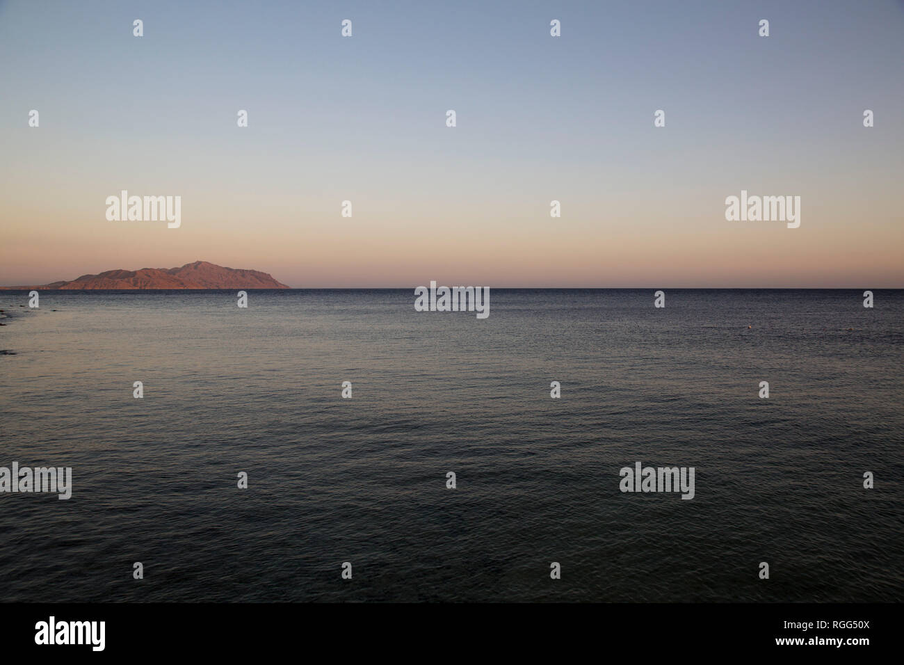 Blick auf die Insel Tiran und das Rote Meer in Sharm el Sheikh, Sinai, Ägypten. Stockbild