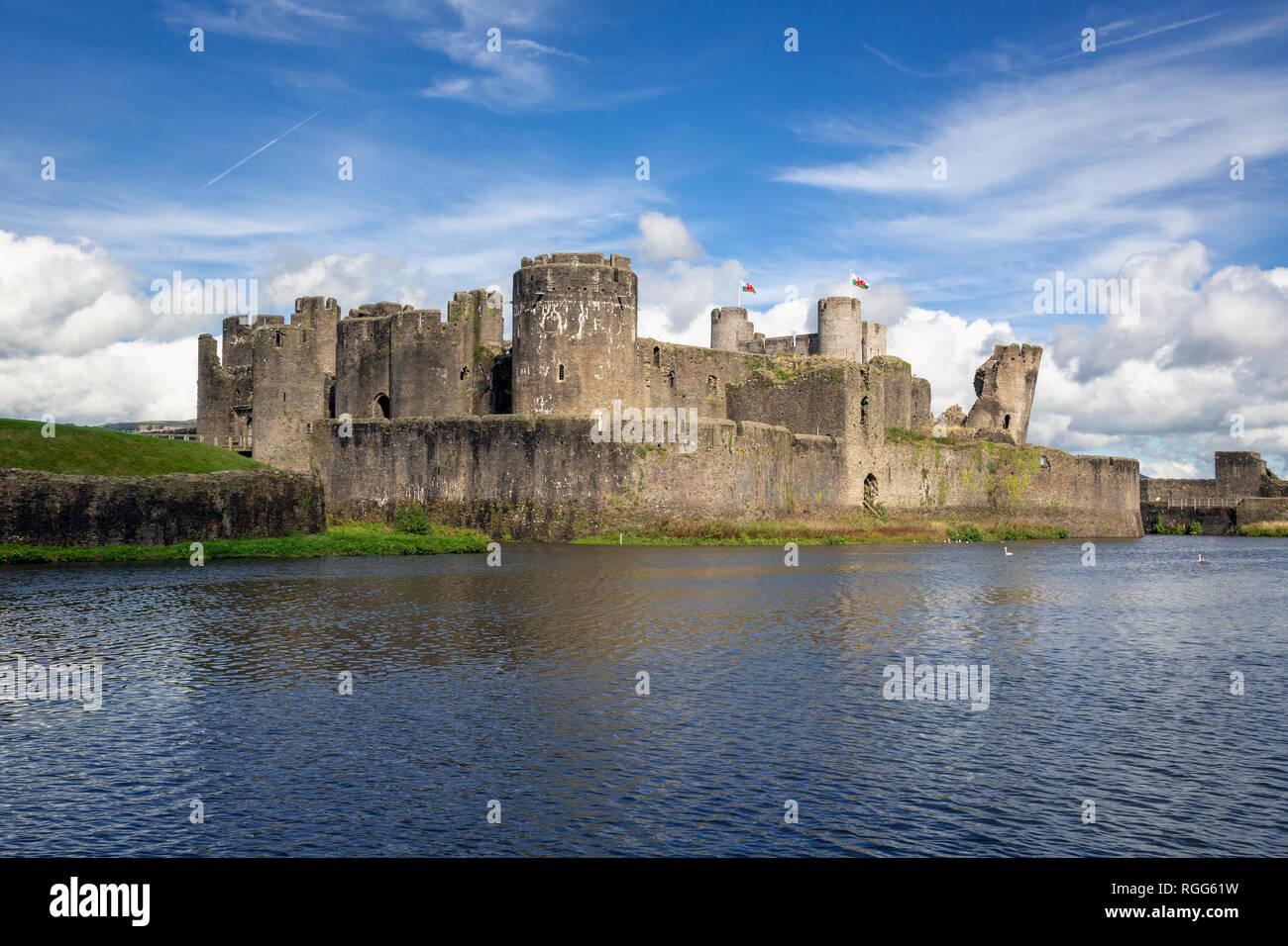 Caerphilly, Caerphilly, Wales, Vereinigtes Königreich. Caerphilly Castle mit seinem wassergraben. Stockbild