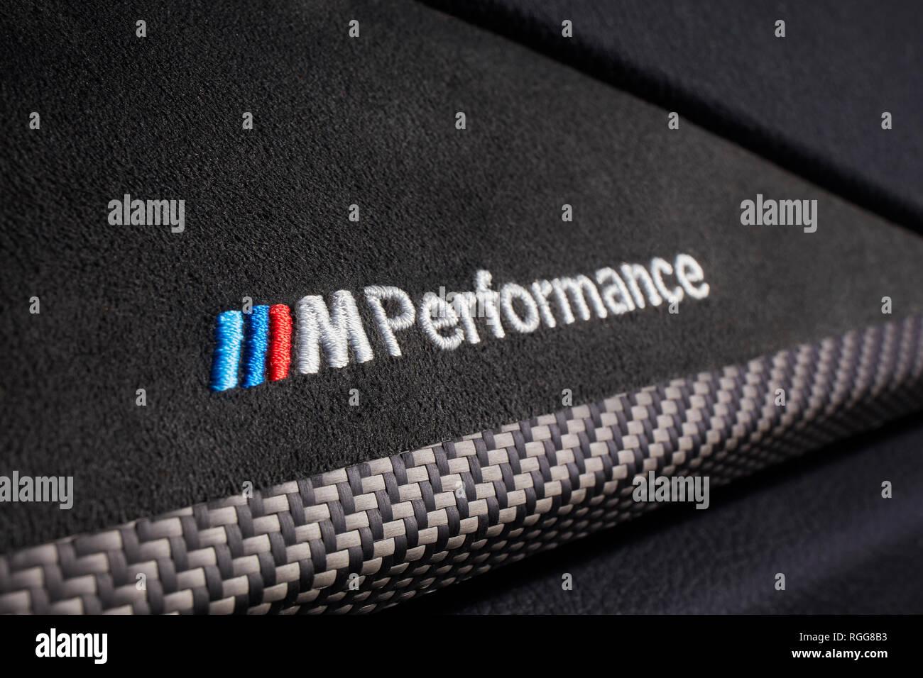 Katowice, Polen -06.30 .2017 Logo M Performance Stickerei in den Wildleder Dashboard der BMW430i Stockbild